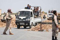 Syrische rebellen begeleiden de uittocht van vluchtende burgers bij een checkpoint nabij Manbij.