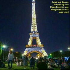 Torre Eiffel - Paris.  Um dos melhores horários para se visitar a torre é no começo dá noite para poder apreciar a iluminação deslumbrante do monumento.   www.megatoteiros.com.br  Foto @pelomundo.viagem / @destinocerto   #paris #torreeiffel #frança #viagemtop