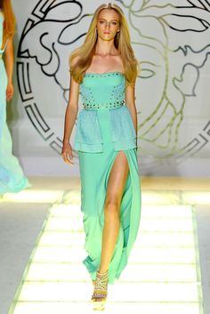 Versace Spring 2012 Ready-to-Wear Fashion Show - Daria Strokous
