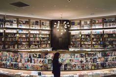 渋谷スクランブル交差点すぐにある「SHELF67 」360度の美しい本棚に囲まれた空間がおしゃれなブックカフェです。