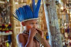 Indio-Kind spielt Pan-Flöste während eines Fest-Rituals.