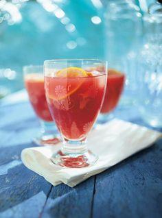 Recette de sangria de Ricardo. Recette rapide de boisson alcoolisée, cocktail rafraîchissant. Ingrédients de la sangria: orange, citron, lime, rhum brun, liqueur d'orange, vin rouge, sprite...