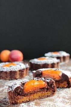 Dark chocolate and apricot tarts Chocolate Dishes, Chocolate Work, Chocolate Pastry, Chocolate Recipes, Bakery Recipes, Tart Recipes, Dessert Recipes, Mini Desserts, Delicious Desserts