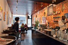 Op wandelafstand van station Brussel-Centraal bevindt zich Askum. In dit intieme en gezellige koffiehuis kan u genieten van de heerlijkste koffies allen gemaakt van vers gebrande en dagelijks ter plaatse gemaalde Ethiopische koffiebonen. Is koffie niet uw ding, niet getreurd! Ze serveren ook smaakvolle kruidenthee van Afrikaanse afkomst, ongewone sappen alsook uitstekend gebak.