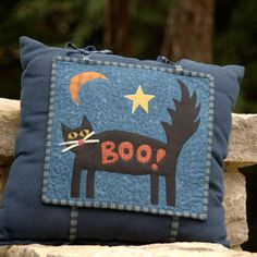 Update a plain pillow as the seasons change with this easy idea. Create a mini-quilt pillow topper that can be swapped out from one holiday to the next. Begin at Halloween with this scaredy-cat design. (See slide for the Thanksgiving version. Halloween Sewing Projects, Halloween Crafts, Halloween Decorations, Fall Decorations, Halloween Stuff, Halloween Table, Fall Halloween, Halloween Pillows, Halloween Quilts