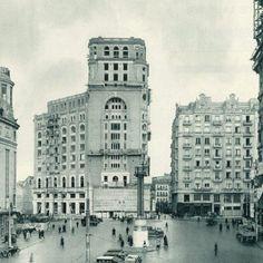 El edificio fue proyectado en 1924 por el arquitecto Pedro Muguruza, compuesto porviviendas, oficinas, café concierto y cinematógrafo. Se encuentra situado en la Gran Vía madrileña, en frente de l…