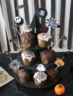 まっくろくろすけがいっぱい!モノトーンのおしゃれ可愛いハロウィンパーティー演出   Happy Birthday Project - Part 2 Halloween Displays, Halloween Games, Halloween Food For Party, Halloween Cookies, Halloween 2019, Halloween Outfits, Diy And Crafts, Sweets, Cake