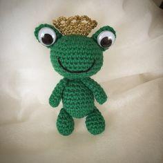 En rolig och söt groda! Jag har virkat i Tilda-garn och virknål 3,0. Såhär ser den färdiga grodan ut! Kronan är från mönstret på m... Yoshi, Sewing Crafts, Diy And Crafts, Knitting, Crochet, Fictional Characters, Threading, Tricot, Breien