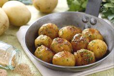 Con le patatine novelle caramellate, otterrete un contorno dal sapore agrodolce molto particolare, ottenuto facendole rosolare con zucchero di canna, burro e succo di limone.