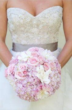 bouquet de mariée rond d'hortensias et roses en rose pâle