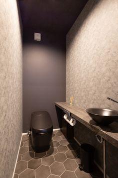 モノトーンに素材感が際立つモダンスタイルの家|施工実績|愛知・名古屋の注文住宅はクラシスホーム Toilet And Bathroom Design, Washroom Design, Toilet Design, Bathroom Interior Design, Small Bathroom, Bathroom Under Stairs, Ideas Baños, Classic House Design, Bathroom Toilets