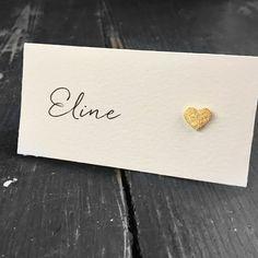 Bordkort til bryllup med håndlaget hjerte, som er laget av gull bladmetall og har en vakker glans. Wedding Planning, Stud Earrings, Weddings, Jewelry, Jewlery, Jewerly, Stud Earring, Wedding, Schmuck