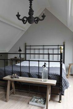Het is een erg goed idee om je slaapkamer in een landelijke stijl in te richten. De landelijke stijl wordt namelijk gekenmerkt door rustige basic kleuren. Er wordt veel gebruik gemaakt van wit, grijs en bruin in allemaal verschillende tinten. Het is bijvoorbeeld erg mooi om je muren wit te schilderen en één muur lichtgrijs… Home Bedroom, Master Bedroom, Bedrooms, Bedroom Stuff, Country Stil, Modern Country, Boston Apartment, Country Bedding, Bedroom Cupboard Designs