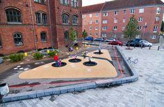 Elverdal udførte en totalrenovering af Guldberg Skoles skolegård i forbindelse med byfornyelse og integrering af skolens udeområder til brug for resten af bydelen.
