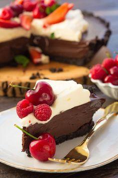 Já pensou numa torta de chocolate com sabor de Oreo, o famoso biscoitoamericano? Aqui, a base é feita inteiramente dele, o que dá uma maciez e sabor incríveis. O recheio é uma ganache...