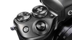 """Canon EOS M5: Canons neue Systemkamera hat einen integrierten Sucher - Die Kamera hat einen CMOS-Sensor im APS-C-Format mit einer Auflösung von 24,2 Megapixeln - das entspricht der Auflösung der EOS M3. Allerdings ist der Sensor moderner. Für ihn seien, schreibt Canon, """"vergleichbare Technologien verwendet"""" worden wie bei der Anfang des Jahres vorgestellten digitalen Spiegelreflexkamera (DSLR) EOS 80D. Die Lichtempfindlichkeit ist um eine Stufe verbessert worden und reicht von Iso 100 bis…"""