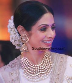 Sridevi kapoor in Polki Diamond Jewellery photo Indian Jewelry Sets, Indian Jewellery Design, India Jewelry, Jewelry Design, Jewellery Photo, Tikka Jewelry, Temple Jewellery, Rose Gold Jewelry, Bridal Jewelry