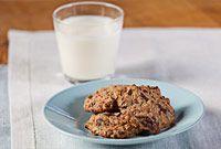 Kauraiset suklaacookiet // Suklaisia kaurakeksejä ei voita mikään! #pikkuleivät http://www.raisionkeittokirja.fi/fi/resepti/-/p/kauraiset-suklaacookiet?reid=428542