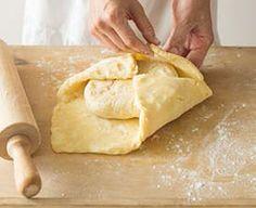 Ingredience: máslo 375 gramů, mouka pšeničná hladká 150 gramů, voda 150 mililitrů, mouka pšeničná hladká 350 gramů, sůl 15 gramů, ocet vinný 1/2 lžičky, máslo 150 gramů (rozpuštěné). Czech Desserts, Apple Strudel, Apple Recipes, Cheesecake, Treats, Sweet, Image, Hampers, Cheesecake Cake