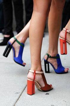 Chaussures colorées orange et bleu à talons colonnes pour la belle saison - Photo d'Anthea Simms