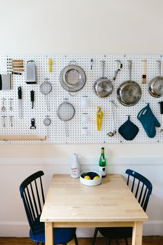 DIY pegboard displaying kitchen accessories | Pegboard détourné