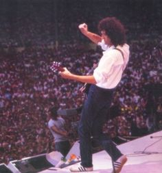 Queen had a pretty tough task when they took the stage at Live Aid in July of… Brian May, Brian's Song, Queen Guitarist, Brian Rogers, Queen Albums, Live Aid, Queen Ii, Queen Photos, We Will Rock You
