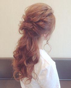 結び目が太くて低い位置にあるのが特徴の「太ポニー」。可愛い上に大人っぽい!と話題になっています。ベースは巻き髪にして、とことんフェミニンな印象に仕上げて。大人の魅力を引き出してくれる、魅惑のヘアアレンジの作り方をご紹介します。