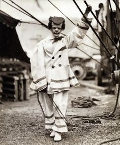 This is what happens when you leave your Pinterest open, your husband repins a Scary vintage circus clown!!! Vintage Circus Photos, Vintage Clown, Creepy Vintage, Vintage Halloween, Vintage Carnival, Vintage Images, Vintage Pictures, Scary Circus, Old Circus