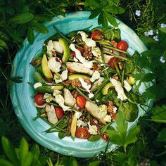 Spenatsallad med kyckling, avokado, bacon och ädelost
