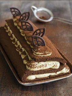 """Rolada z pozoru wydaje się ciastem trudnym, jednak wcale takim nie jest. Dziś moja rolada tiramisu przybrała nieco inną, mniej spotykaną, ale jakże efektowną formę w kształcie litery """"S"""". Zapraszam po przepis! Baking Recipes, Cake Recipes, Dessert Recipes, No Bake Desserts, Delicious Desserts, Kolaci I Torte, Czech Recipes, Different Cakes, Polish Recipes"""