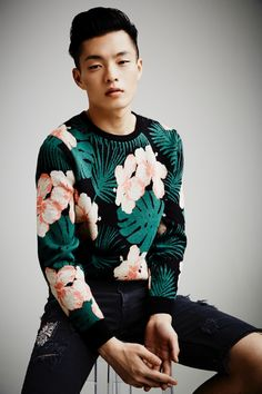Cocktail and Dreams party outfit ideas for men - teal floral crew-neck jumper and black denim shorts Fashion Mode, Fashion Week, Urban Fashion, Mens Fashion, Fashion Trends, Paris Couture, Outfit Man, Looks Black, Summer Lookbook