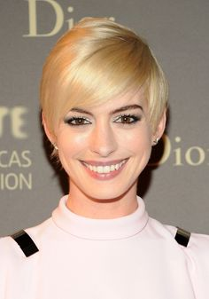 Anne Hathaway Short Hairstyles: Platinum blonde pixie crop with soft side-swept bangs More hairstyles : http://hairstylesman-and-women.blogspot.com/