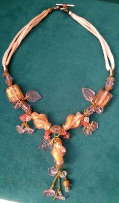 Collier-perles-en-verre-Murano-fleurs-rose-beige-eclats-dores-metal-dore-qualite
