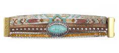 Pièce unique faite à la main, la manchette Hipanema TEXAS est composée d'un charm en pierre turquoise et d'une multitude de bracelets brésiliens.