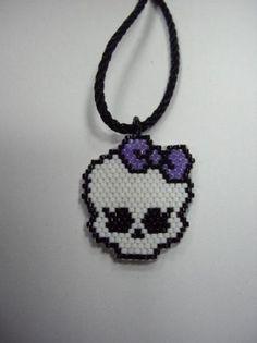 colgante delica miyuki con el logo de las mh  delica miyuki,hilo clon punto peyote
