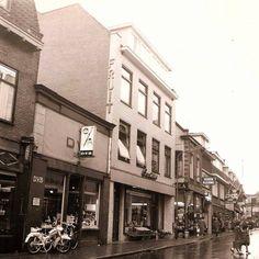 Kerkstraat met D. V. B met daarnaast Smits Groenten en Fruit en Jamin winkel.