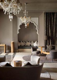 salon marocain, grands chandeliers, coin de repos avec coussins blancs