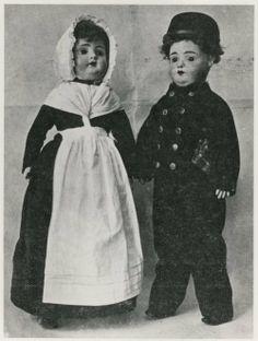Stille Veerkade, Israelitisch Weeshuis, twee poppen in de klederdracht van weesmeisje en weesjongen, zoals die gedragen werd ten tijde van de stichting van het Israelitisch Weeshuis in 1850, toen nog aan de Stille Veerkade. ca 1932 #ZuidHolland #DenHaag #wezen #joods