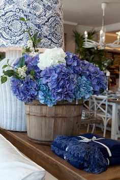 Blue hydrangea, navy throw and blue and white rattan lamp. Hamptons Style Homes, The Hamptons, Hamptons Style Bedrooms, Hamptons Decor, Wabi Sabi, Azul Pantone, Blue Kitchen Accessories, Hamptons Living Room, White Lounge
