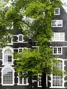 Piet Boon Styling by Karin Meyn - gorgeous house in Amsterdam Houses Architecture, Beautiful Architecture, Architecture Details, Amsterdam Houses, Amsterdam Holland, Brick And Wood, Brick And Mortar, Art Furniture, Exterior Paint