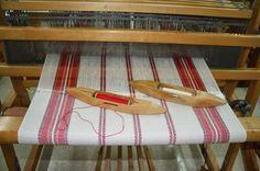 Notre choix s'est arrêté sur ce bel échantillon de tissus qui a inspiré le montage de linge à vaisselle le patron .... je vo... Dish Towels, Tea Towels, Weaving Patterns, Knitting Patterns, Textiles, Weaving Projects, Tear, Weaving Techniques, Clothes Hanger