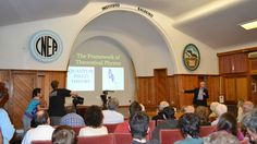 Un Nobel visitó Bariloche y dijo que es el lugar de la Física teórica en la Argentina - LA NACION (Argentina)