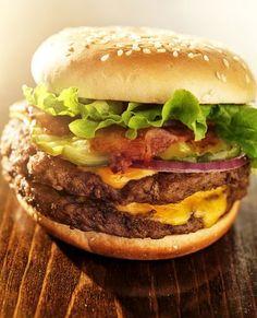 Voici une recette qui va vous donner un vrai plaisir gourmand : celle du double cheeseburger 100 % US. Vous ne le regretterez pas.