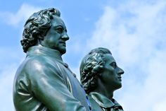 Das Goethe-Schiller-Denkmal steht direkt vor dem Deutschen Nationaltheater in Weimar. Foto: Candy Welz Color Theory, Evolution, Sculpture, Statue, History, Literatura, Weimar, German Language, Culture