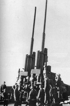Der 12,8-cm-Flak-Zwilling 40. Durch das zweite Rohr verdoppelte sich die Feuergeschwindigkeit auf bis zu 28 Schuss pro Minute. Das Geschütz wurde nur ortsfest in Sockellafette, zumeist auf Flaktürmen eingesetzt. Der 12,8-cm-Flak-Zwilling 40 konnte 26 Kilogramm schwere Sprenggranaten 14.800 Meter hoch schießen.