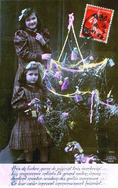 Près de l'arbre garni de joujoux - Deux sœurs près du sapin de Noël décoré de guirlandes et lampions - 1911 (from http://mercipourlacarte.com/picture?/1444/)