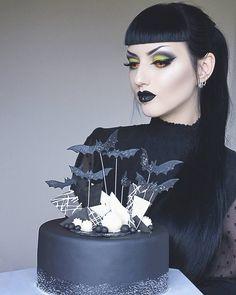 """Polubienia: 5,683, komentarze: 193 – Obsidian Kerttu (@obsidiankerttu) na Instagramie: """"Happy B-day to me! 💜😱🎂🎁🎉 . #goth #gothic #gothbirthday #instagoth #gothcake #birthday #gothlife…"""""""