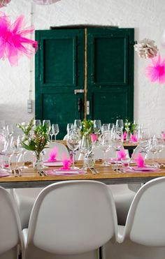 Hochzeitsdeko im Loft mit Panton Chairs und Deko Accessoires in Pink und Neon