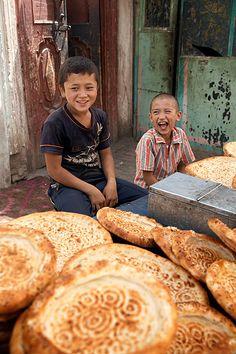 Dos ninos en Kashgar. China. Two children in Kashgar. China.. © Inaki Caperochipi Photography