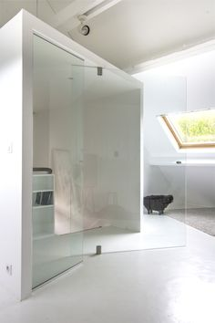 This wide, frameless, glass pivot door ups light ventilation and keeps open feel of the space. Pivot Doors, Space Architecture, House Windows, Minimalist Interior, Interior Design Inspiration, Design Ideas, Contemporary Interior, Decoration, Furniture Design